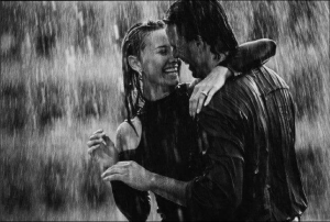 Parella sota la pluja feliz