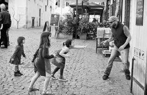 Nens jugant sandas04:deviantART)