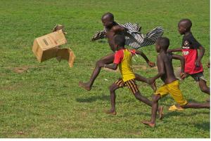 nens-africans-jugant-a-futbol